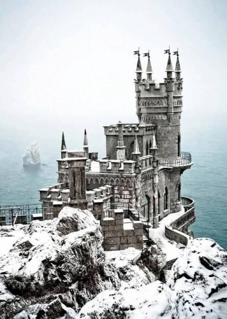 the-swallow-s-nest-a-decorative-castle-near-yalta-on-the-crimean-peninsula-in-southern-ukraine